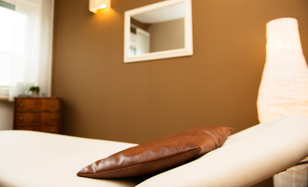 Physiotherapie-Grillmeier-Behandlungsliege-Praxiszimmer