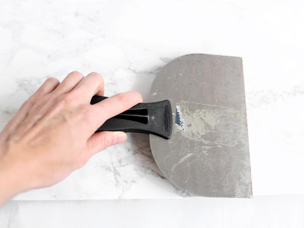 Dekor-Klebefolie-mit-Rakel-bearbeiten-Luftblasen-vermeiden