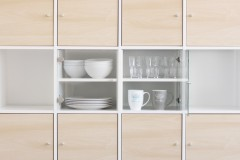 Expedit Regal in Birke mit Vitrineneinsatz