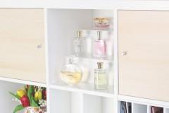 Stufeneinsatz in einem Kallax Regal mit Parfümflaschen