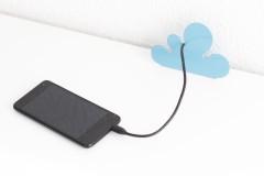 Kabelhalter in Wolkenform mit Smartphone