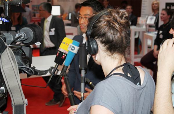 bundeswirtschaftsminister_gibt_interview_zur_kreativbranche