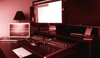 Doppel-Monitorständer als Kompositionshilfe
