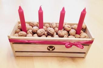 Kleine Holzkiste weihnachtlich dekoriert