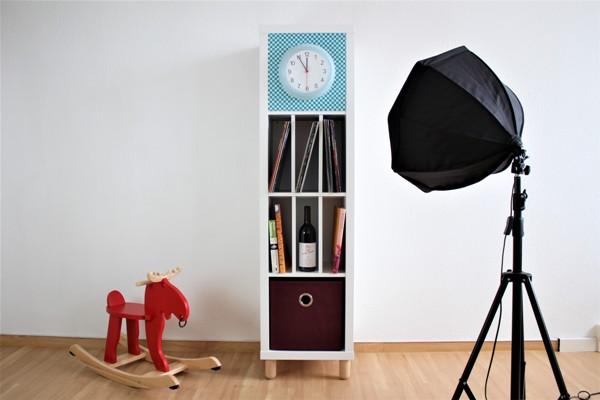 Ikea-Kallax-Hack-Big-Sven-bekennt-Farbe-mit-weinrotem-Regalkorb-unten
