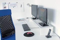Zwei Monitore auf dem DESKTOPP XXL in weiß