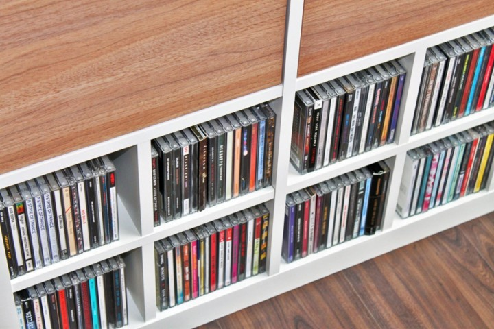 dvds und cds aufbewahren im ikea kallax regal ikea hacks. Black Bedroom Furniture Sets. Home Design Ideas