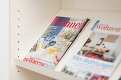 Schräges Regalfach für Zeitschriften im Billy Regal
